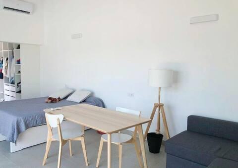 Situada en el corazón de Mallorca, nuestra casita cuenta con una gran terraza exterior junto a la piscina, un baño en suite, un vestidor, microondas, cafetera, neverita una cama de matrimonio... Ideal para disfrutar de la naturaleza y descansar