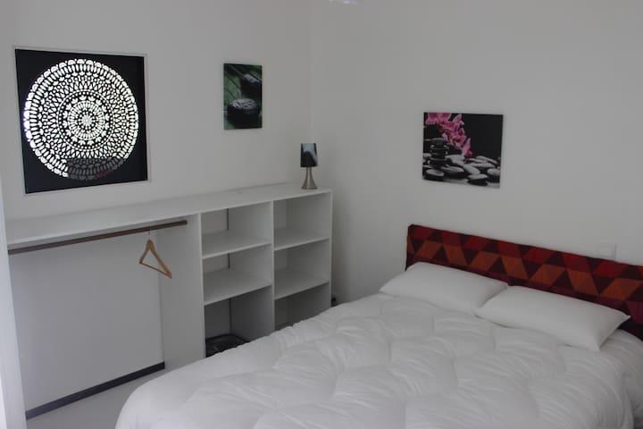 le coin nuit, lit de 140 de bonne qualité, couette de qualité et oreillers de qualité, le tout anti- allergique....