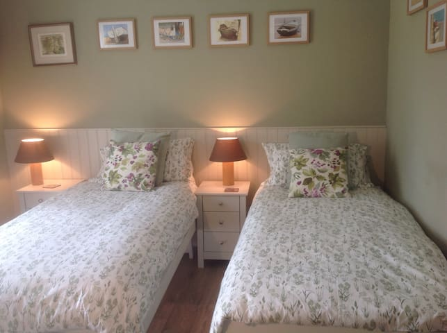 I can set up the bedroom with 2 single beds. Please let me know when booking
