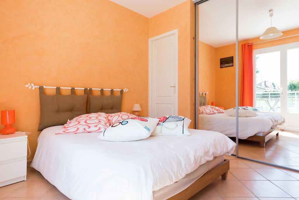 chez kty et dd chambre orange chambres d 39 h tes louer le verdon sur mer aquitaine france. Black Bedroom Furniture Sets. Home Design Ideas