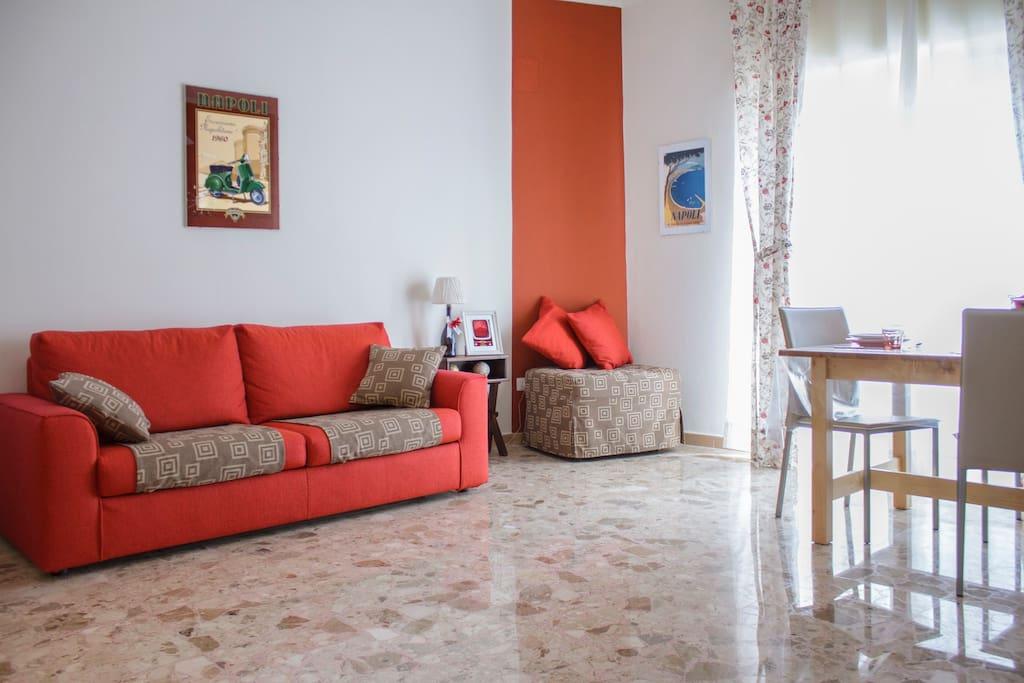 Cucina/soggiorno ampia e luminosa. Divano letto e pouf letto che all'occorrenza può essere sistemato nella camera da letto blu rendendola tripla.