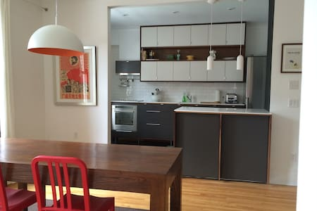 SUPERB 2BR MONTREAL w/CAR CHARGER - Montreal - Casa