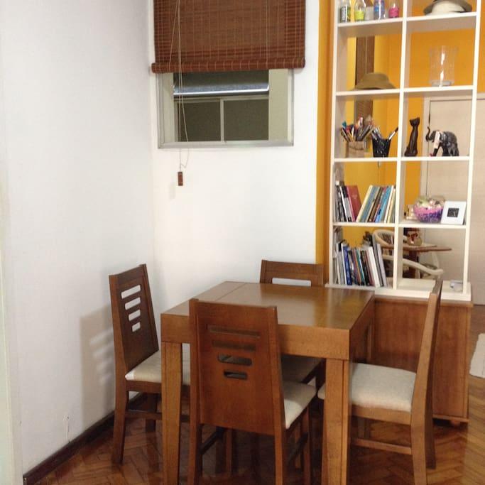 Mesa da sala e estante de divisão da sala e antessala