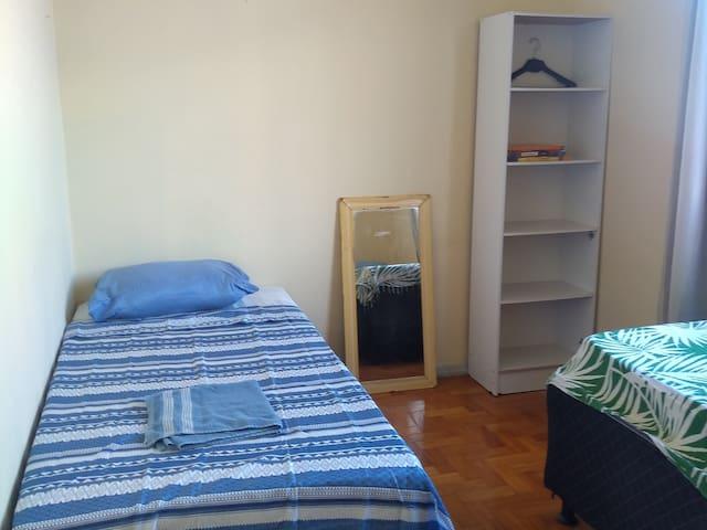 Quarto com 2 camas de solteiro no Rio de Janeiro.