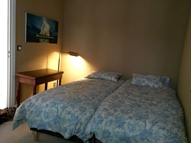 im 1.Stock: Zimmer mit zwei Betten ...