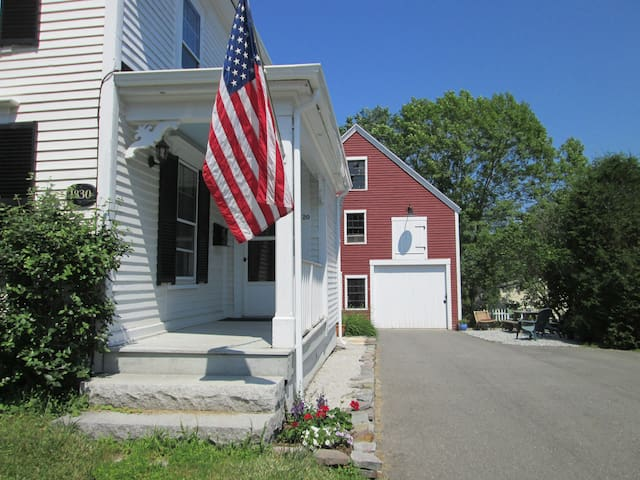 Charming In-Town Farmhouse - Thomaston - Hus
