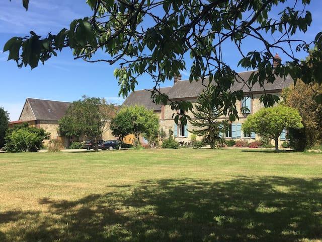 Maison de charme avec piscine - Saint-Aubin-de-Courteraie - Huis