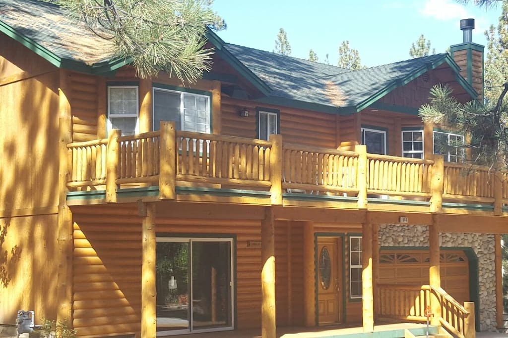 Traditional Log cabin , walking distance to Snow Summit Ski and Bike Resort, rentals, hike, bike! 3bdrm 3bath 2 story , family room with fireplace, pool table, large open main livingroom , front and back decks - sleeps 8