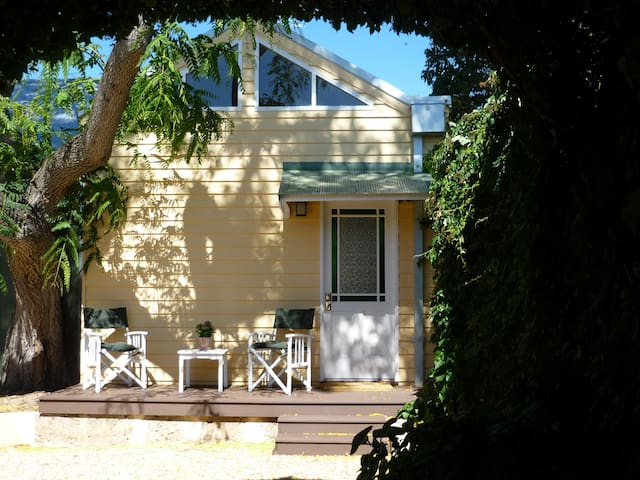 New airy apartment in pretty garden setting - White Gum Valley - Apartment