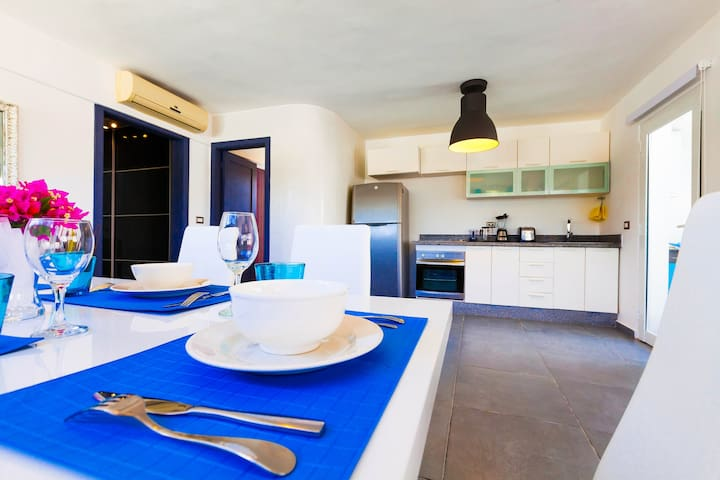 Bright kitchen with colorful details for  energizing breakfast and good mood!