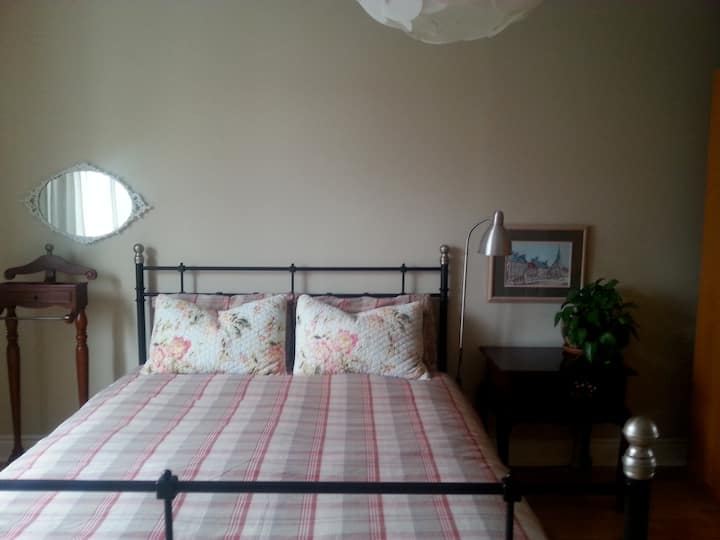 Cozy and spacious room close to Subway and buses