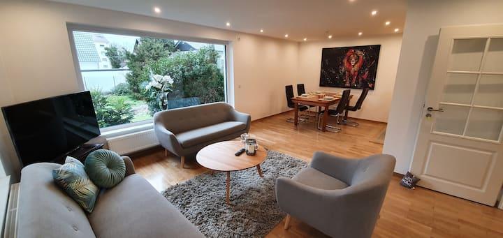 Modernes, helles Haus mit Garten nahe Frankfurt