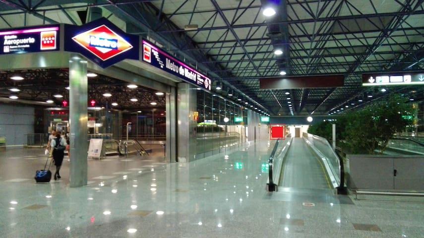 Sencillo alojamiento a 15´ andando del aeropuerto