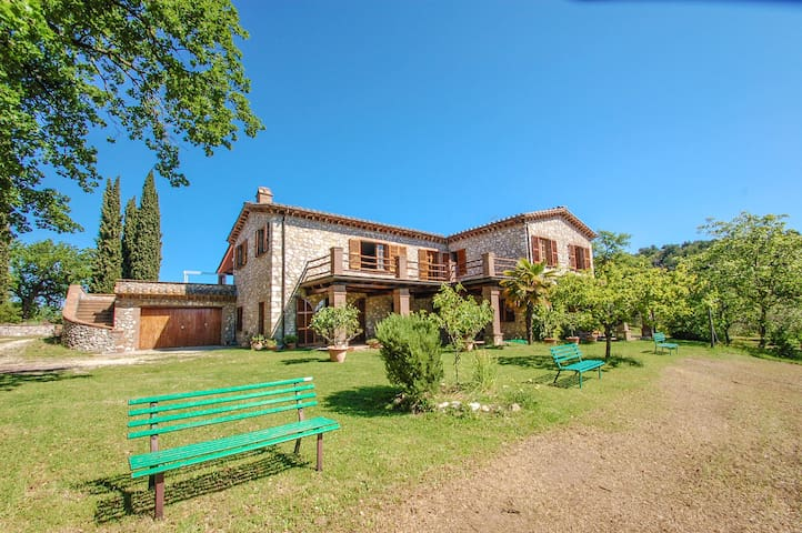 Detached 7 bedroom villa with pool at 100 km Rome