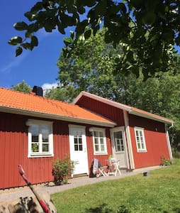 Cosy cottage close to Väner beach - Blomberg - Huis