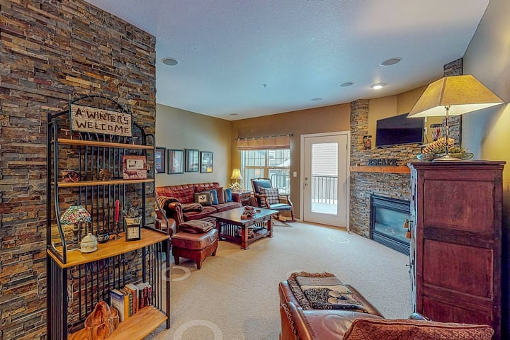 Modern condo w/ shared pool/hot tub - steps to town, near skiing!