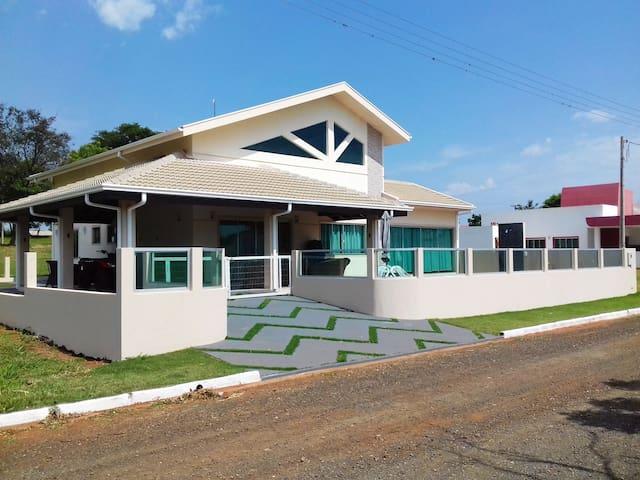 Casa com Piscina - Ilha Bela - Carlópolis - PR.