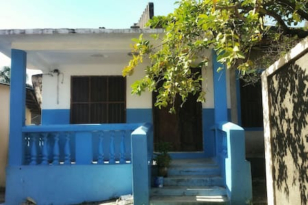 The Blue House - Cozy Room (fits 2-3 people) - Cidade de Zanzibar - Casa