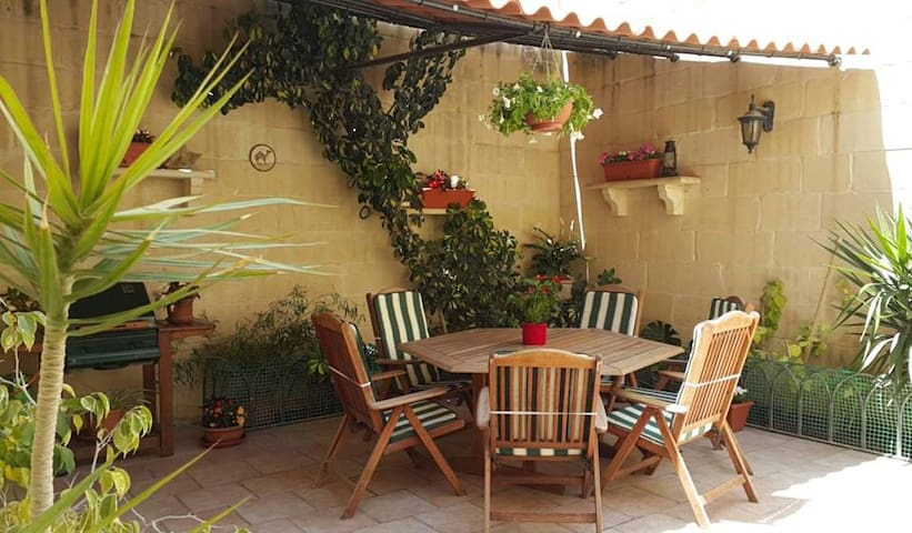 5 minutes from beach and centre - Marsascala - Townhouse