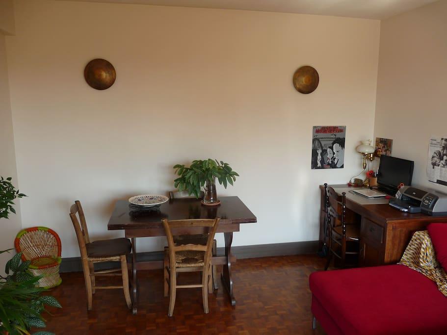 Salon, coin salle à manger et bureau