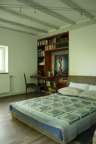 Eines der 2 Schlafzimmer im OG (mit eigenem Bad/WC)