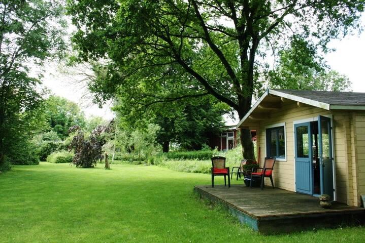 Holzhaus mit 2 weiteren Schlafmöglichkeiten