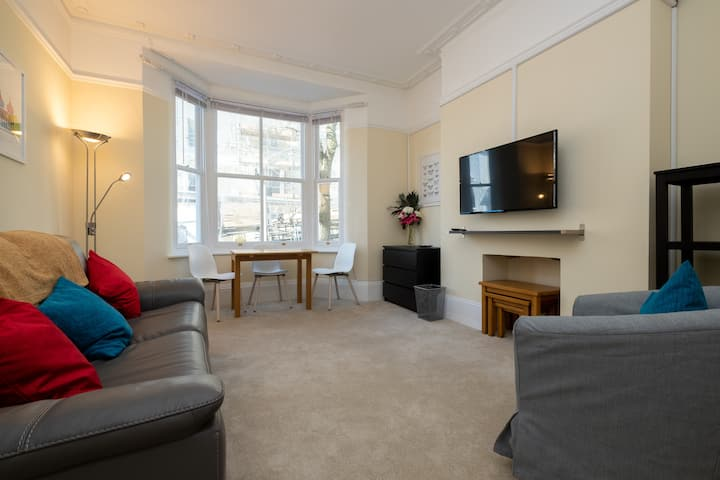 Bright city centre flat with sea 2 mins away!