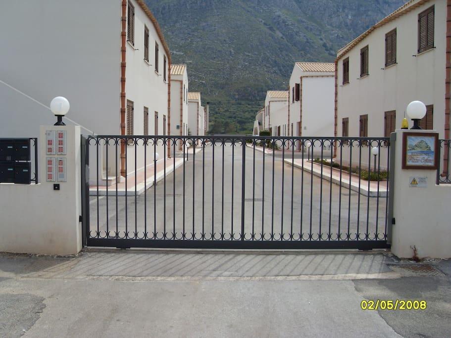 Cancello di entrata del residence