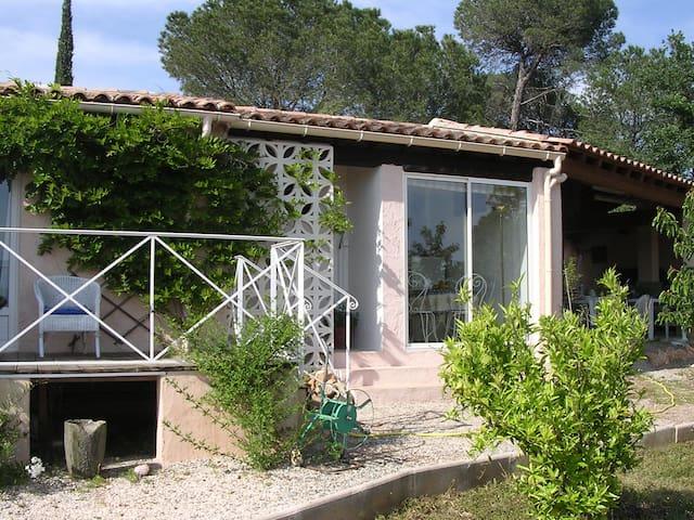 studio en rez de jardin avec vue panoramique - Vidauban - Huis