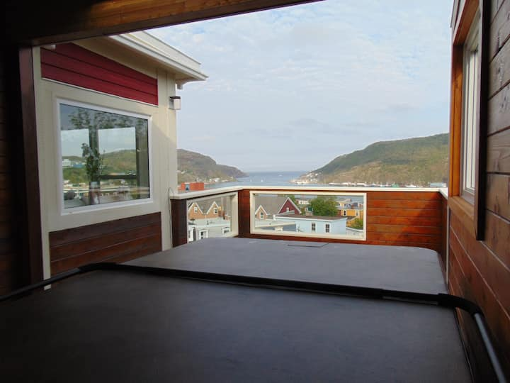 2 Bdr. Penthouse w/ Outdoor Hot Tub & Harbour View