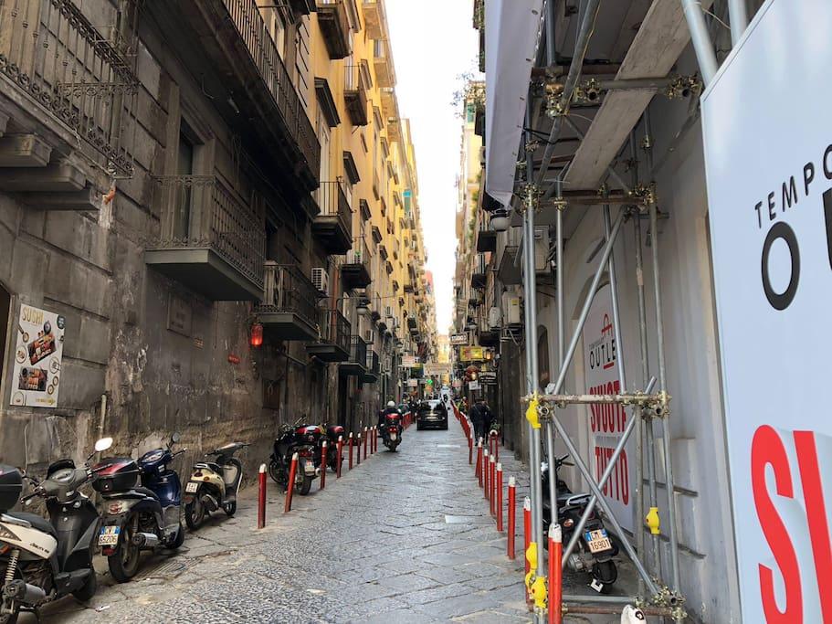 inizio Via Nardones da Piazza Trieste e trento
