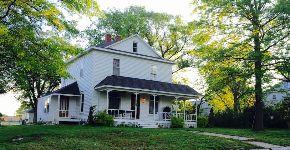 Cozy two story historic home awaits! - Tonganoxie - Casa