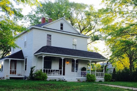 Cozy two story historic home awaits! - Tonganoxie - House