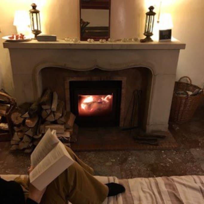 Rien de tel qu'un bon roman et un feu chaleureux pour se reposer