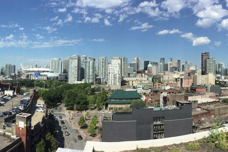 Brand new! Very clean & contemporary! Great area! 1 bdrm w Queen bed, leather sofa, cable TV, wifi. Equipped kitchen w gas range, dishwasher, deep soaker tub/shower, laundry, private SW balcony, rooftop deck/lounge, 360 views. Free offsite parking
