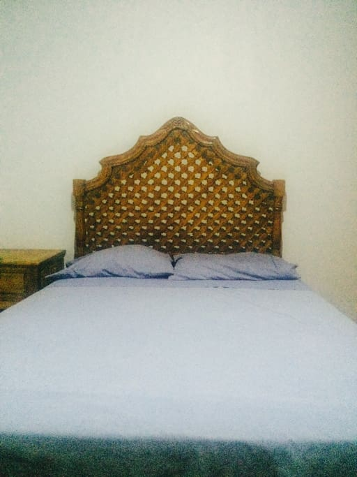 The bed will be clean in your arrivel, the is wifi in the bedroom