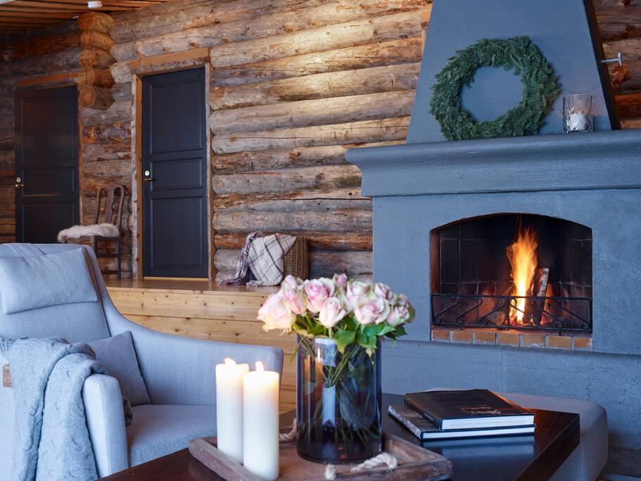 Koselig stue med stor peis som varmer godt i en herlig atmosfære