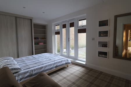 Double bedroom /bath with parking in Ealing - Londra