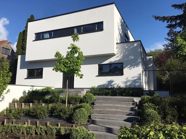 Maison Contemporaine au calme dans la verdure