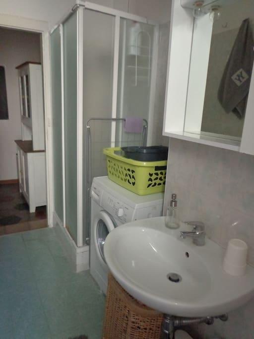 Il bagno con ampio box doccia