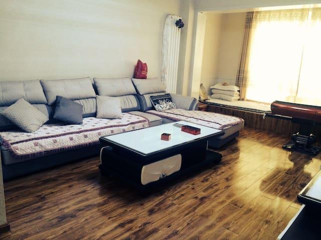 夏河格桑梅朵家庭公寓:道吉草 可住宿10人 距离拉卜楞寺1公里 商业核心位置 小区环境优雅 停车方便 - Gannan - Apartment