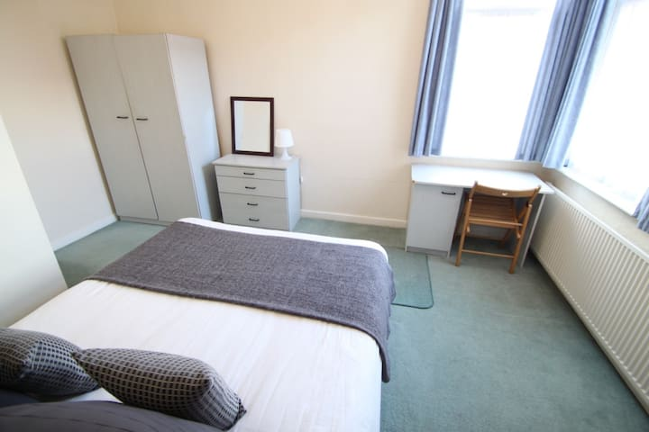 Ideal 1 bed apartment 3 miles south of city centre