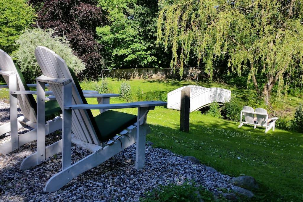 Et kig ud over haven og bækken. A view over the garden.