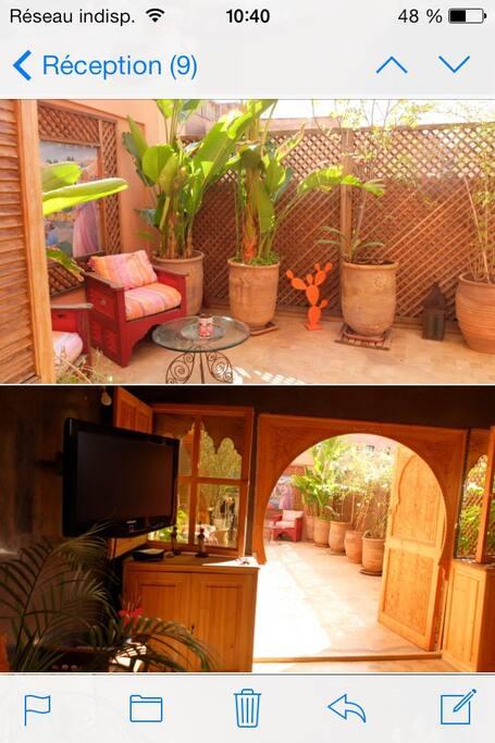 Salon marocain qui ouvre sur la terrasse