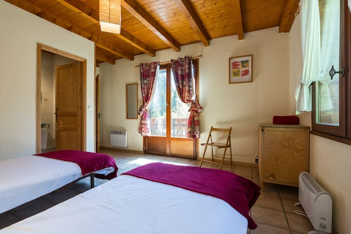 Chalet D'Amo - large twin ensuite - La cote D'arbroz - Bed & Breakfast