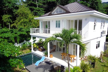 Las Brisas beachfront luxury villa - Beau Vallon
