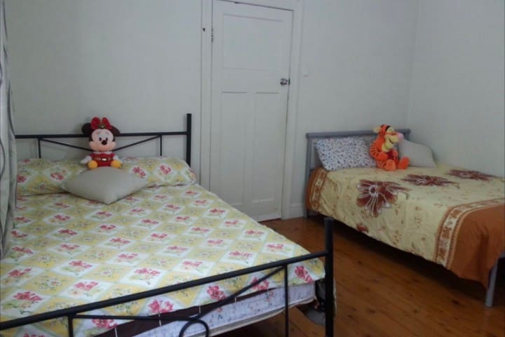 Private Room in Coorparoo - aircon & 15min to CBD
