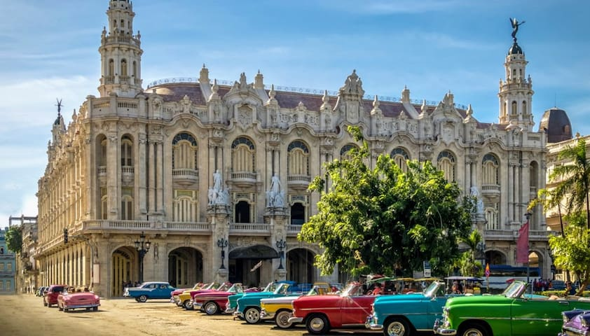 Vintage car tours, 100 meters from the apartment. At Parque Central and Gran Teatro.