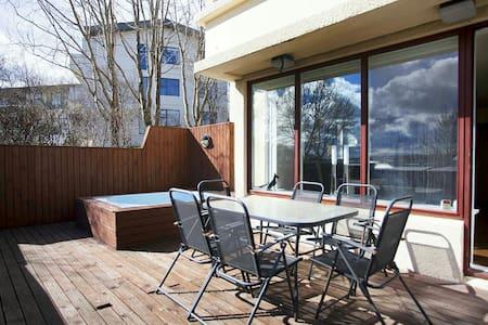 Modern apartment with patio,hot tub - Kópavogur