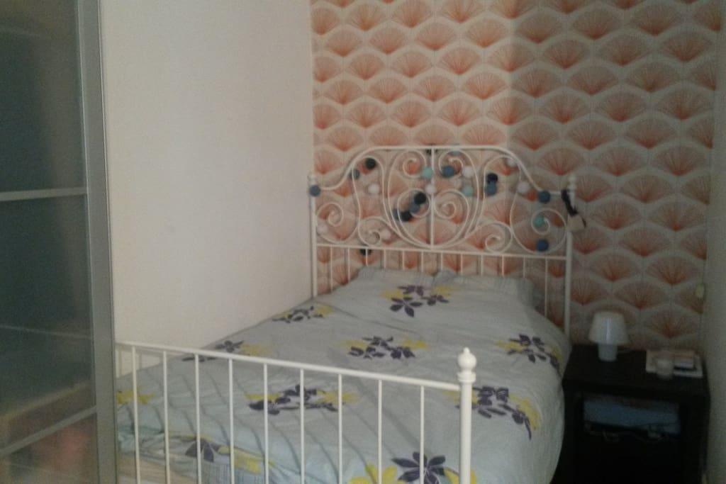 Chambre avec lit en 140 et armoire